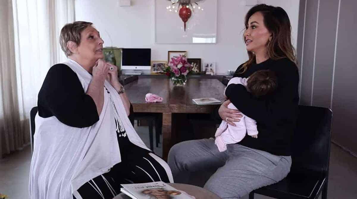 """Sabrina Sato conversa com a """"encantadora de bebês"""" Stephanie Sapin."""