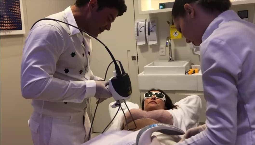 Sabrina Sato realizando um tratamento estético após o parto