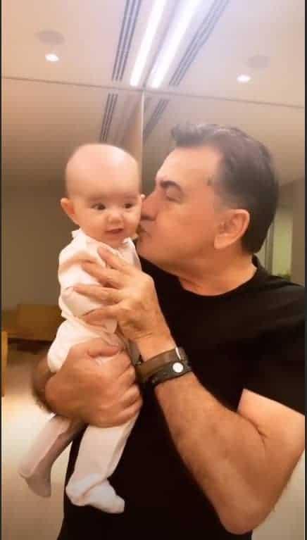 Zoe ganhou um beijinho do vovô