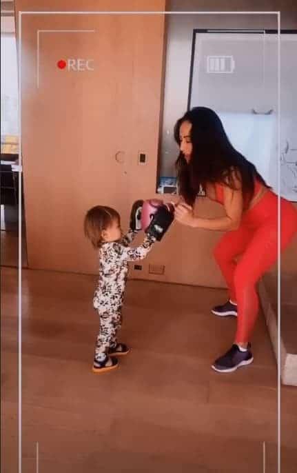 Sabrina Sato lutando boxe com Zoe