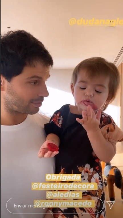 Bebê de Sabrina Sato se maquiando pro aniversário de seu pai