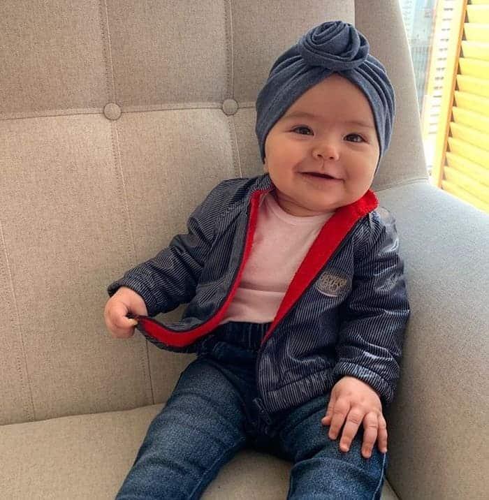 Zoe com roupa do pai