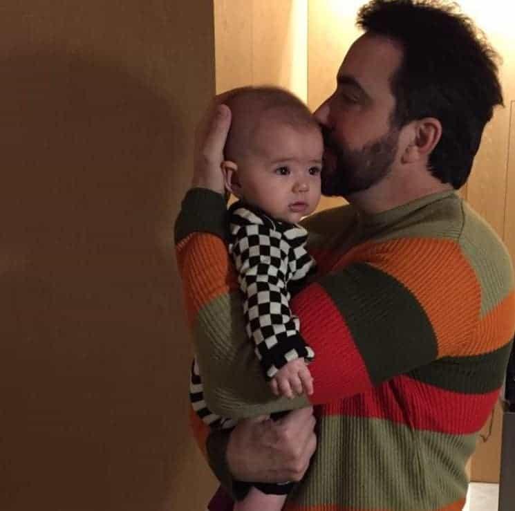 Zoe ganha beijinho do Padre Fábio de Melo