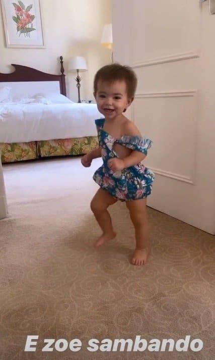 Zoe, filha de Sabrina Sato, pronta para o carnaval