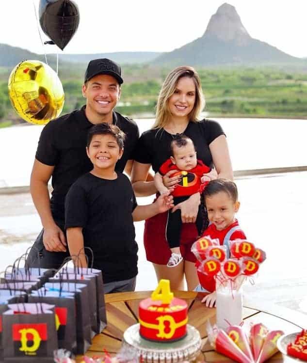 Wesley Safadão e sua família celebrando os quatro meses do menino Dom