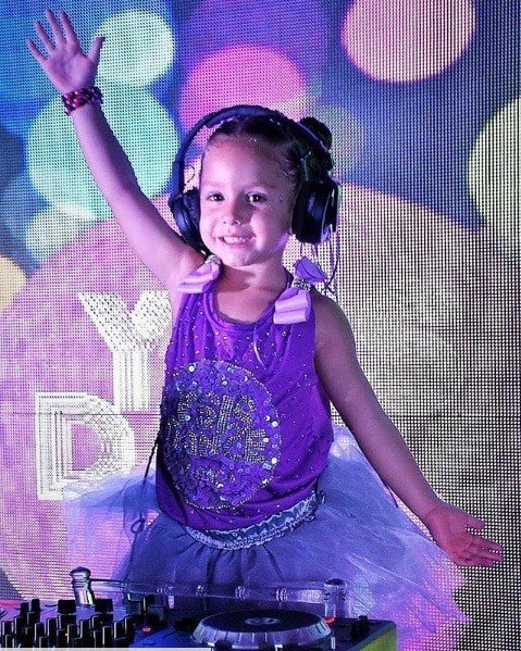 Ysis foi a DJ da sua festa de quatro anos