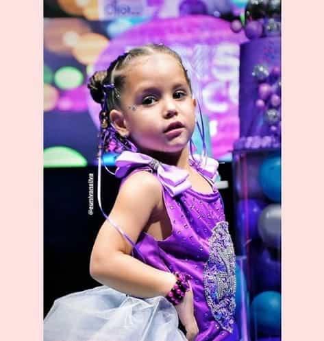 A aniversariante Ysis curtindo a sua festa luxuosa de 4 anos produzida pelo papai Wesley Safadão