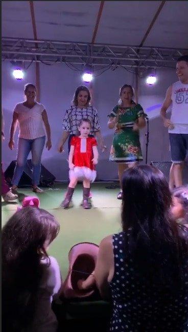 Wesley Safadão compartilhou essa apresentação de Natal de sua filha Ysis