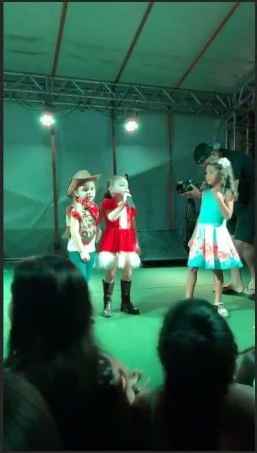 Mais uma imagem da apresentação de Natal da Ysis, filha do cantor Wesley Safadão