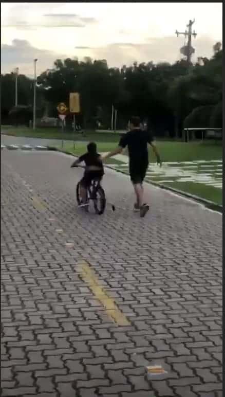 Safadão ensinando o filho a andar de bicicleta