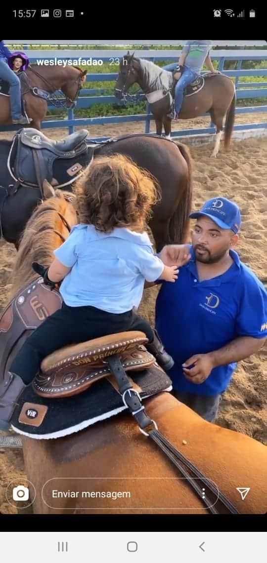 Bebê de Safadão subindo por conta própria no cavalo