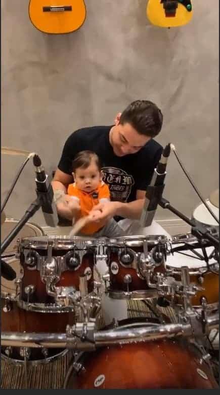 Wesley Safadão se diverte com o filho Dom