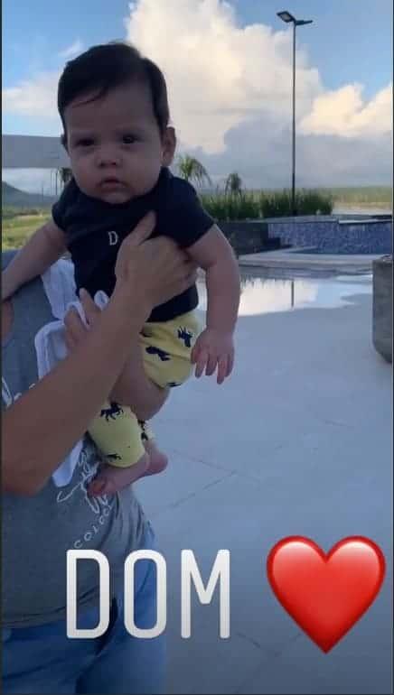 O cantor Wesley Safadão também compartilhou uma imagem em que o bebê Dom já estava acordado