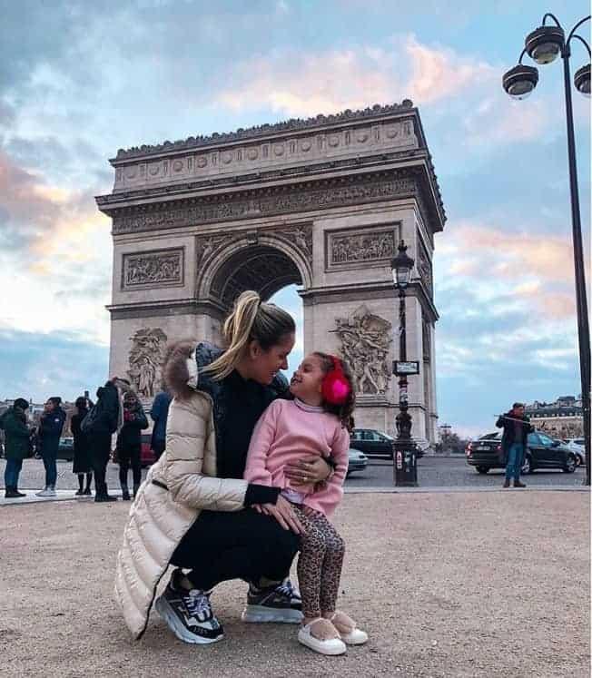 Thyane Dantas e a filha Ysis passeiam por Paris