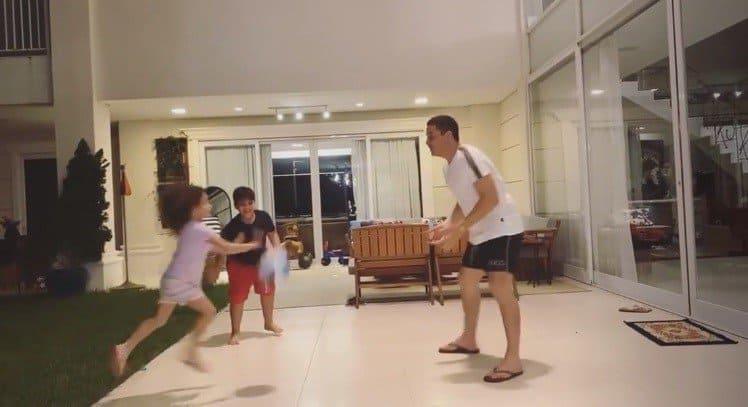 Wesley Safadão brincando com seus filhos em sua mansão