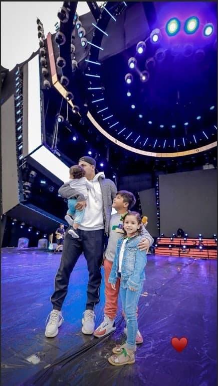 O cantor Wesley Safadão no palco com os três filhos