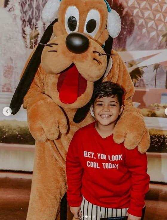 Nesta publicação o menino Yhudy com o Pluto. Yhudy é filho do cantor Safadão com Mileide Mihaile