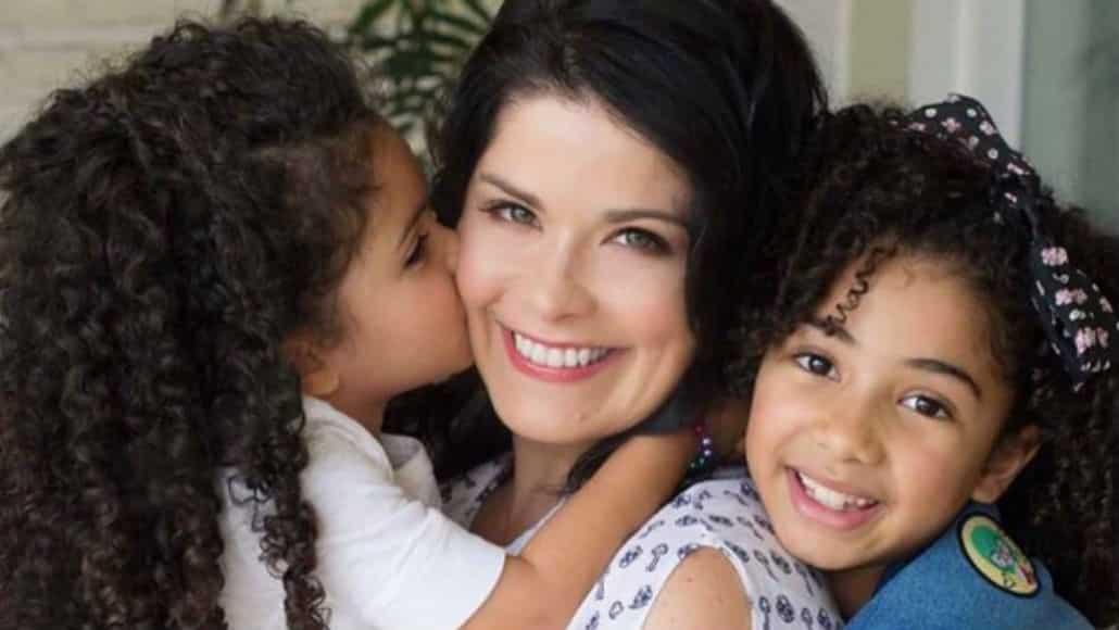 A mamãe Samara Felippo com suas filhas Lara e Alícia