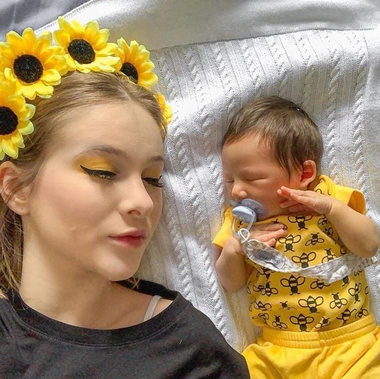 Sammy com o filho recém-nascido Jake