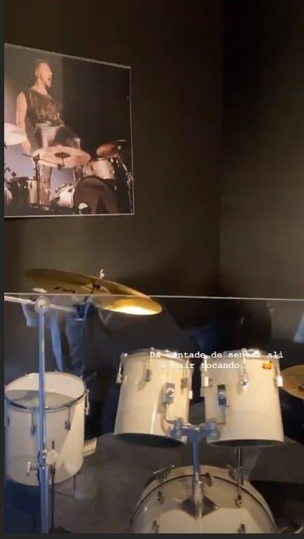 Theo, filho de Sandy, vendo a bateria de seu tio Junior