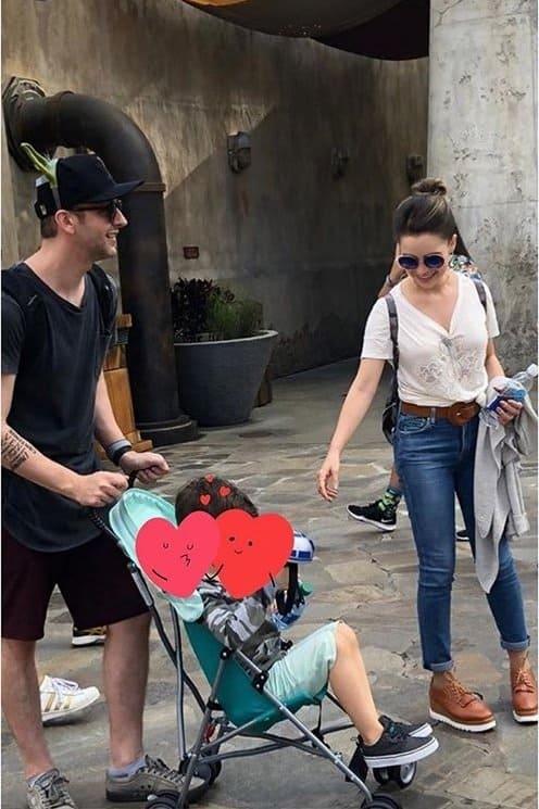 A cantora Sandy passeando na Disney com o filho e o marido