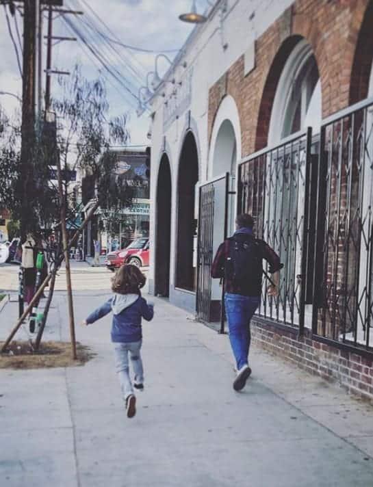 Filho de Sandy correndo ao lado do pai Lcas Lima