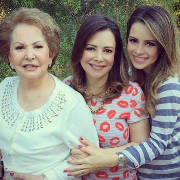 A cantora Sandy com a mãe e a avó