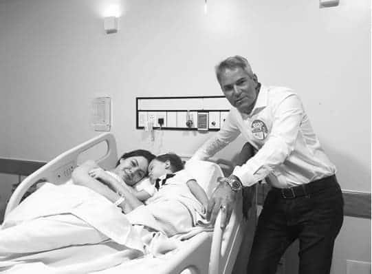 Nessa publicação Sarah Poncio com seu filho recém-nascido e seu pai