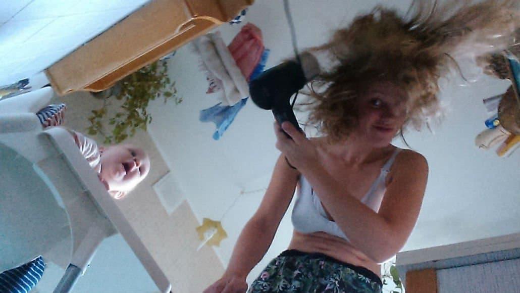 Secando o cabelo com a bebê