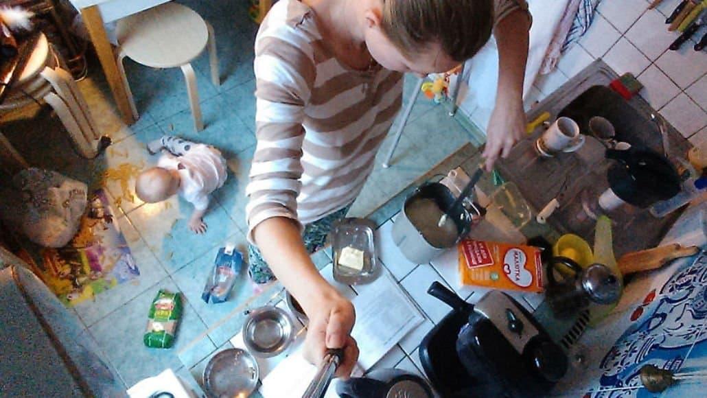 Cozinhando e de olho na bebê