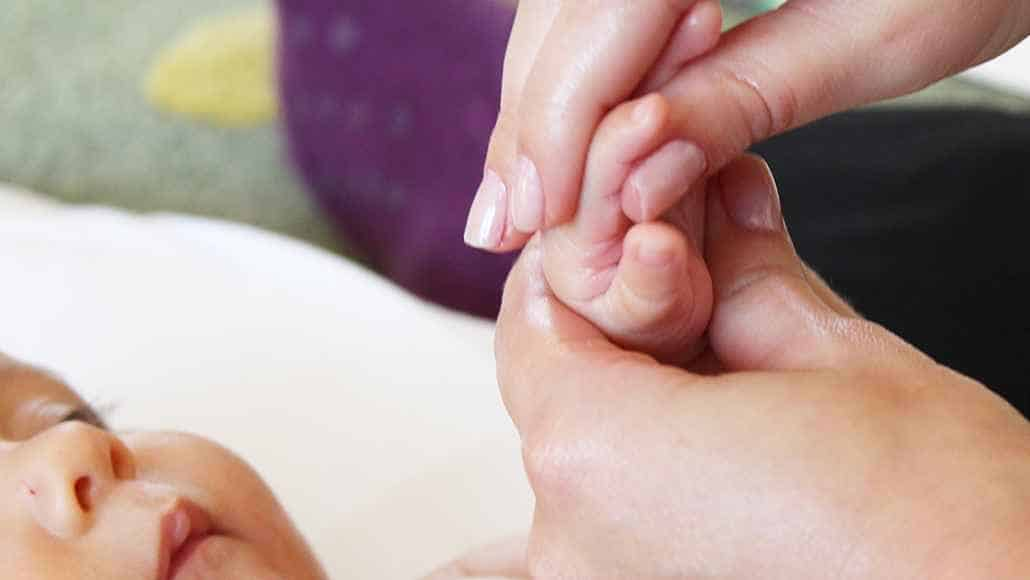 12º passo para fazer a shantala em seu bebê