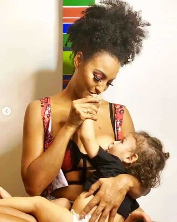 A atriz Sheron Menezzes em um momento de carinho com seu filho Benjamin