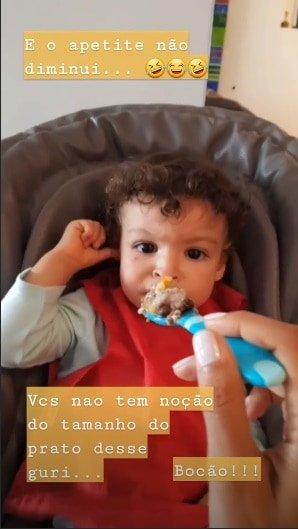 Mas nem com o rosto machucado o bebê Benjamin perdeu o apetite