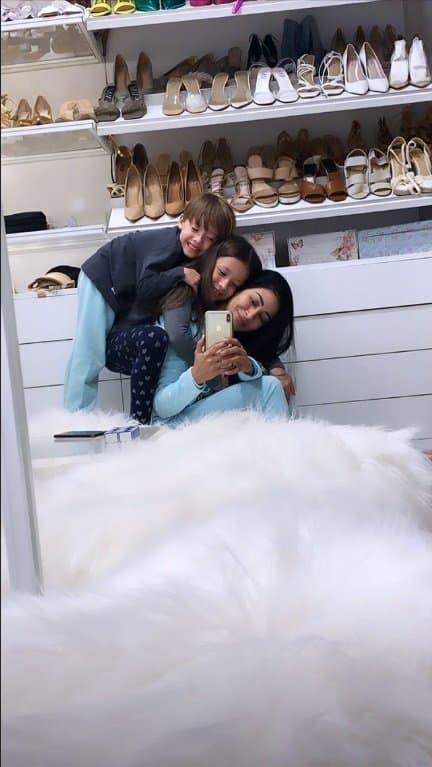 Simaria com os filhos no seu super closet