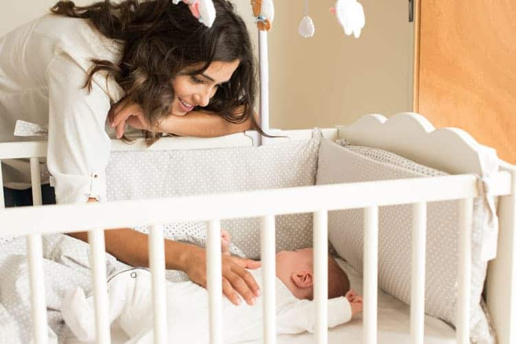 Fazer o pequeno adormecer no berço ajuda no sono do bebê