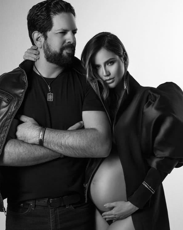 Sorocaba e a esposa em ensaio gestante pouco antes do parto