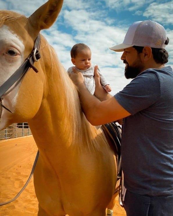 Bebê de Sorocaba passeando em cavalo