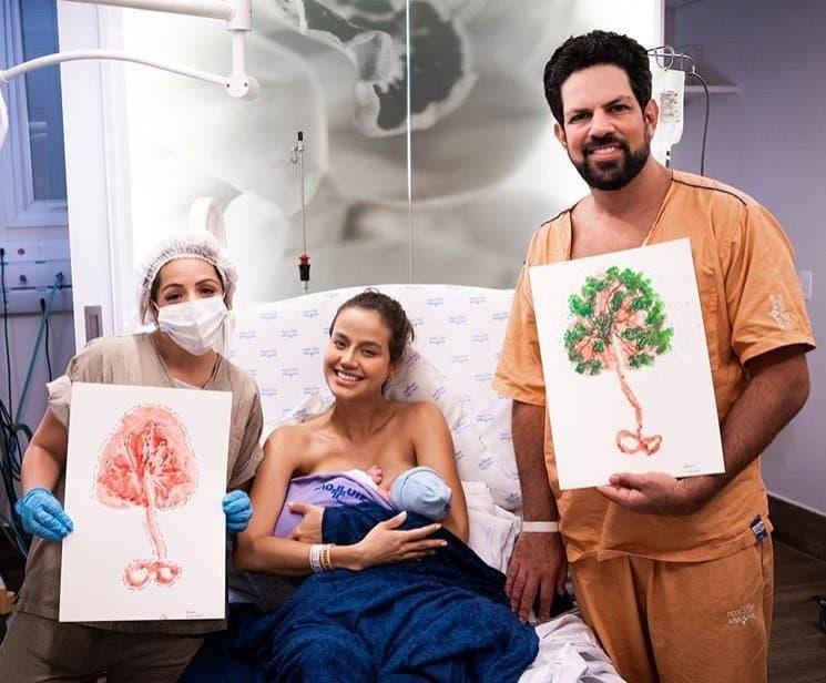 Sorocaba e a esposa com artes feitas com a placenta