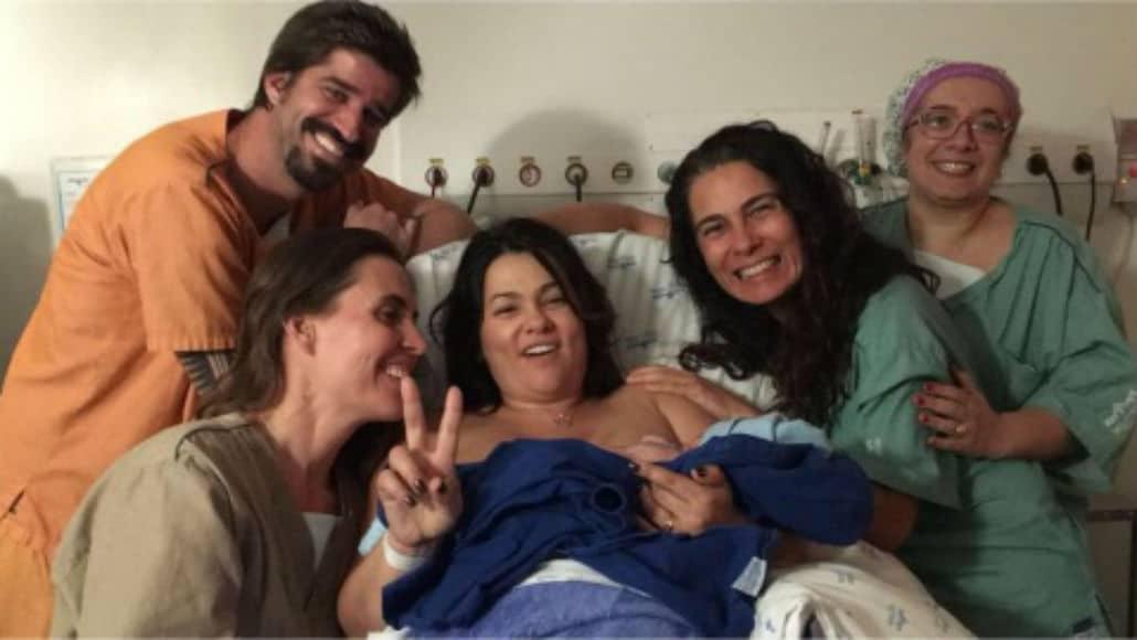 Suzana Alves, o marido e a equipe que ajudou no parto