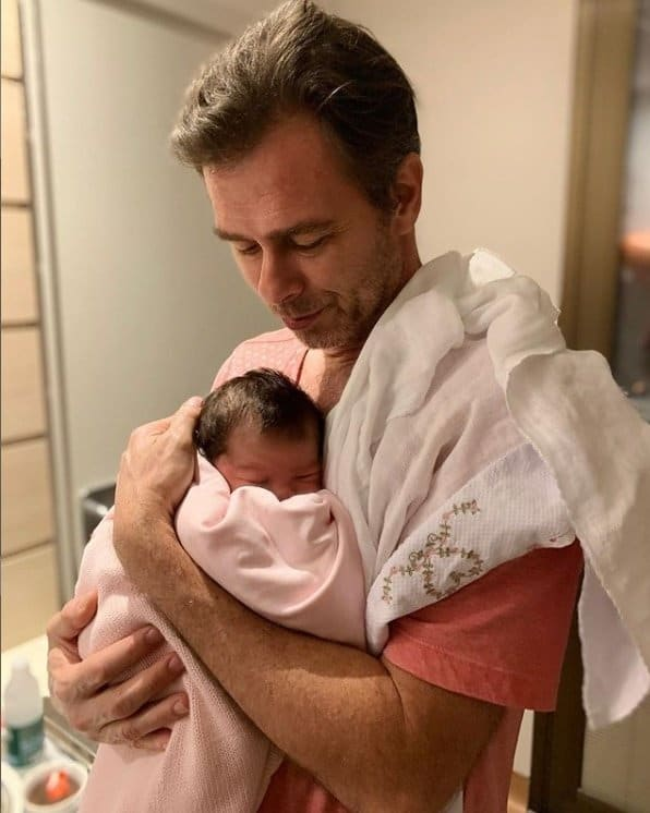 Bebê recém-nascida de Tatá Werneck com o avô João Vitti