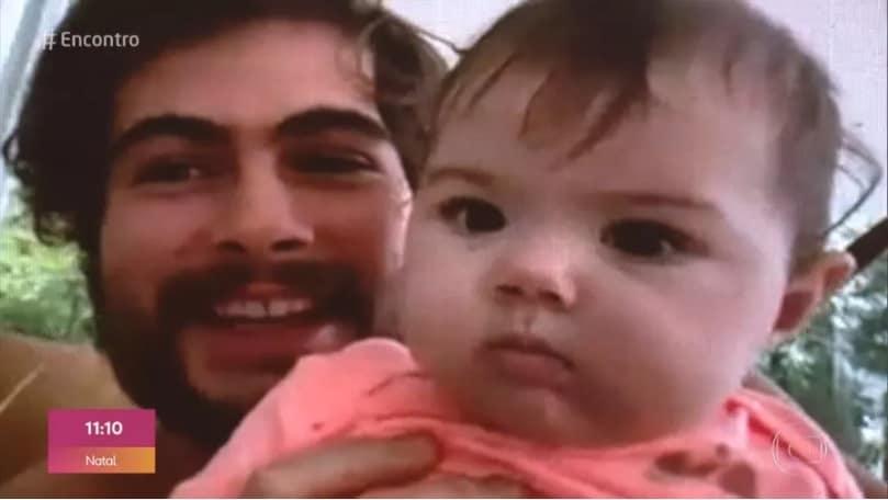 Filha de Tatá Werneck no colo de seu pai Rafael Vitti