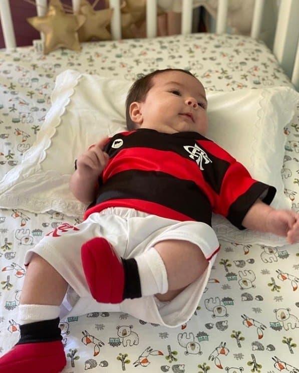 A fofa Clara Maria com o uniforme do Flamengo