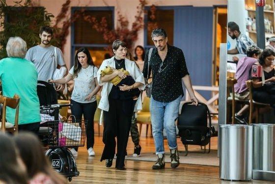 Tatá Werneck com sua filha e amigos famosos durante passeio