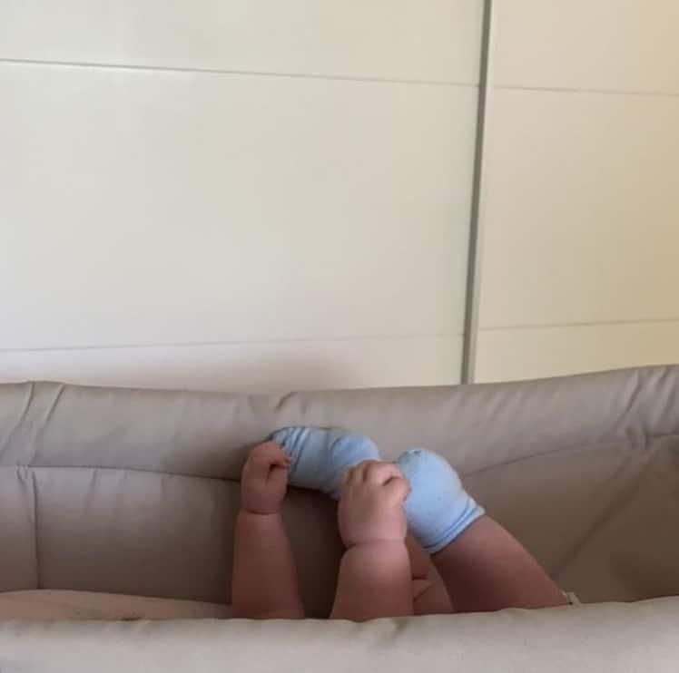Bebê de Rafael Vitti e Tatá Werneck fazendo pose diferente