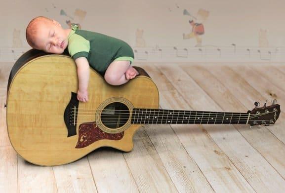 Teodoro em cima do violão