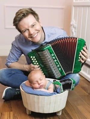 Michel Teló e o filho em ensaio newbor
