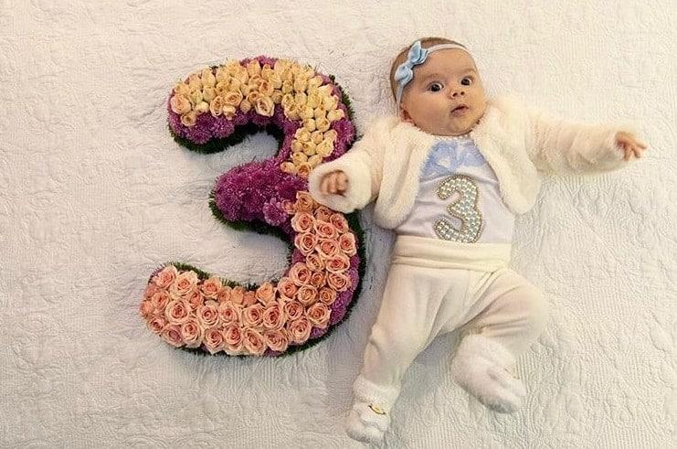 Filha de Thaeme celebrando seus três meses de vida