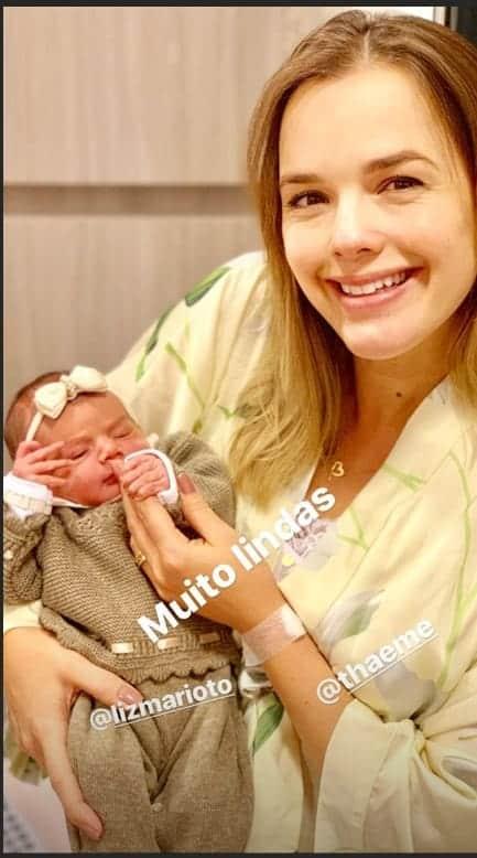 Um dia após o parto a cantora Thaeme e a pequena Liz