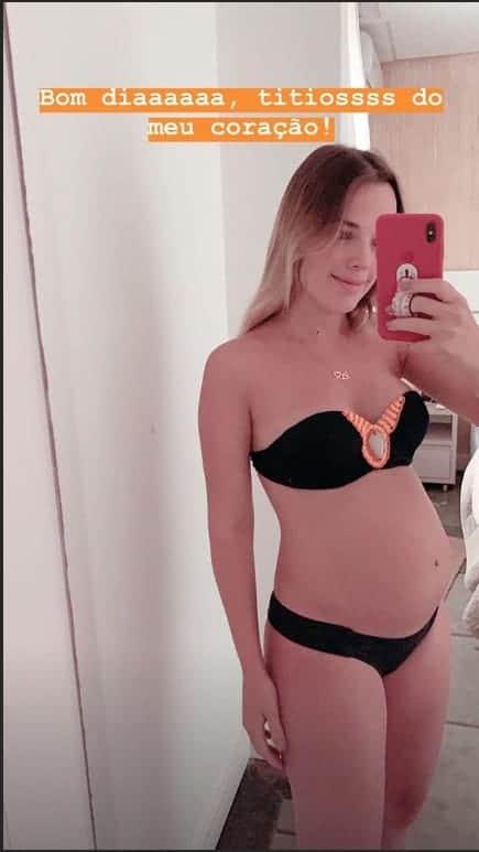 A futura mamãe a cantora Thaeme comentou sobre o peso de seu futuro bebê e mostrou a sua barriga de gravidez