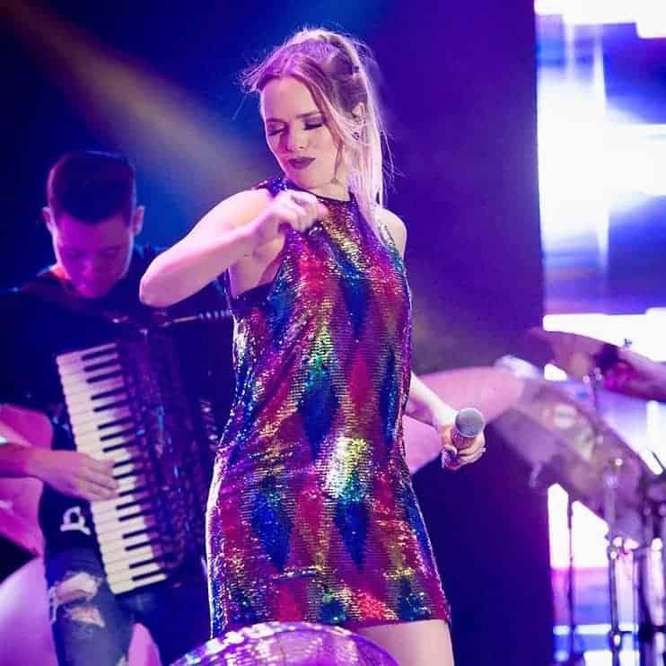 A futura mamãe a cantora Thaeme Maritôto se apresentando no show